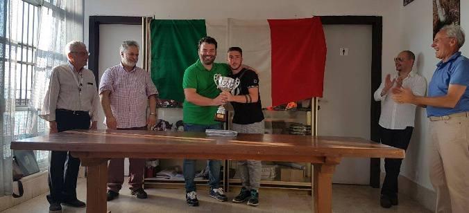Il Maestro Damiano Sciuto premiato dall'organizzatore Antonino Cilione
